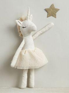 De longues jambes, des bras, des oreilles et une corne faciles à attraper : cette licorne terriblement coquette est une belle idée cadeau ! Détails