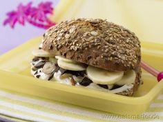 Ein perfektes Pausenbrot für Kids, von dem garantiert kein Krümel übrigbleibt: Bananenbrötchen - smarter. Kalorien: 421 Kcal | Zeit: 5 min. #kids
