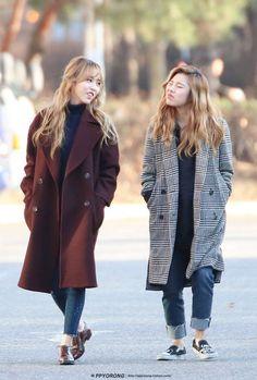 Wheein y Moonbyul Kpop Fashion, Asian Fashion, Kpop Girl Groups, Kpop Girls, K Pop, Divas, Queens, Wheein Mamamoo, Airport Style