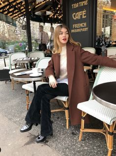French girl style tips for your wardrobe – this is the ulitmate guide to getting that effortless chic look French girls do so well. Parisian Style Fashion, Girl Fashion, Fashion Outfits, French Chic Fashion, Casual Outfits, Paris Chic, French Girl Style, French Girls, Parisienne Style