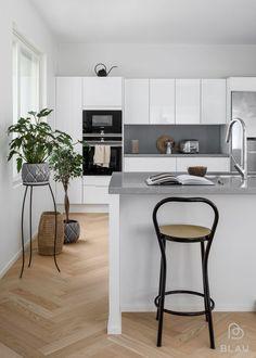 Koti, jossa kaikki on ihanasti kohdallaan! Tervetuloa Blau:n! Helsinki, Kitchen Furniture, Kitchen Design, Kitchen Ideas, Cool Kitchens, My House, House Design, Architecture, Interior