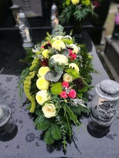 Funeral Flower Arrangements, Modern Flower Arrangements, Grave Flowers, Funeral Flowers, Grave Decorations, Memorial Flowers, Magnolia Leaves, Arte Floral, Table Flowers
