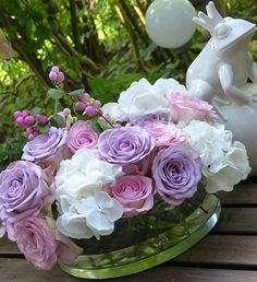 Vintage Look, Hochzeitsdekoration im Vintage Stil mit Rosen, Hortensien, Dahlien in verschiedenen Vasen und Gefäßen, Öllampen und Spiegel