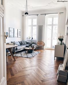 livingroom goals hohe decken ein wunderschoner parkettboden lichtdurchflutet und trendige interior pieces