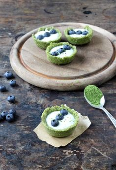 Matcha Tea Coconut and Yogurt Tarts would make a more almond crust shell using butter and eliminating dates. Green Tea Dessert, Matcha Dessert, Matcha Cake, Dessert Tarts, Vegan Desserts, Delicious Desserts, Dessert Recipes, Yummy Food, Alcoholic Desserts