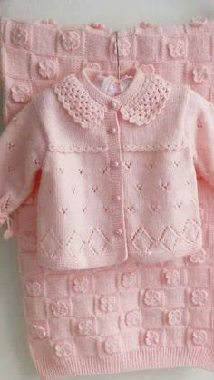 Baby clothes should be selected according to what? How to wash baby clothes? What should be considered when choosing baby clothes in shopping? Baby clothes should be selected according to … Knit Baby Sweaters, Knitted Baby Clothes, Baby Knits, Baby Cardigan Knitting Pattern Free, Baby Knitting Patterns, Knitting Ideas, Diy Crafts Dress, Cardigan Bebe, Knitting For Kids