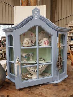 Blauwe wand vitrine @ www. Shabby Chic Decor, Bohemian Decor, Repurposed Furniture, Painted Furniture, Wall Boxes, China Cabinet, Kitchen Decor, Sweet Home, Shelves