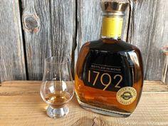 Bourbon Whiskey Brands, Good Whiskey, Whisky, Liquor Bottles, Wine And Spirits, Bottle Design, Vr, Scotch, Whiskey Bottle