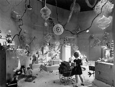 PHOTO - CHICAGO - MARSHALL FIELD'S DEPARTMENT STORE - CHRISTMAS WINDOW FOR CHILDREN - 1951 - FROM DEEP SPACE DAGUERREOTYPE SITE