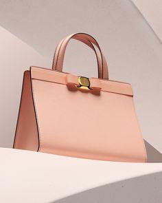ferragamoLa vie en rose: Eine architektonische Silhouette gepaart mit dem unverwechselbaren Grosgrain-Vara-Bogen verleiht