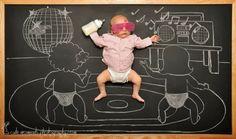 スヤスヤ眠る赤ちゃんが主人公~黒板を使った寝相アート