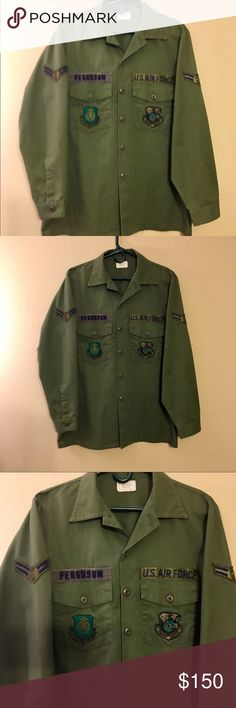 """U.S..AIR FORCE ARMAMENT DIVISION SHIRT JACKET I SAY JACKET BECAUSE ITS VERY HEAVY NOT SURE IF VINTAGE IN EXCELLENT ALMOST NEW CONDITION 1 POCKET VETERAN THAT WORE THIS """"FERRGUSON""""   AF SYSTEMS COMMAND THE OTHER SIDE U.S.ARMY AIR FORCE ARMAMENT DIVISION BOTH ARMS HAVE THE AIR FORCE WINGS GULF APPAREL CORPORATION 50 % POLYESTER  50 % COTTON THIS IS VERY HEAVY MATERIAL WOULD WARE AS JACKET DOES SAY SHIRT UTILITY GULF APPAREL CORPORATION Shirts Dress Shirts"""