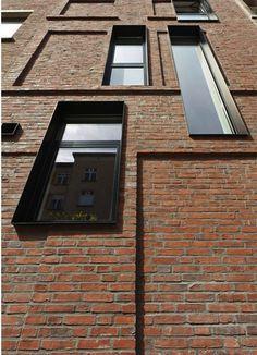 Wenn schon nicht flächenbündig, dann mit Metallrahmen! Facade By Lava architects