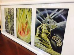 ---------☆------☆-----☆こちらは3枚のA4サイズに描いたものを3つ並べた三部構成の豪華なチャネリングアートです。※画像はサンプル(例)です。お一人お一人、その都度違う画になります。一枚ずつ飾っても素敵、3枚並べて飾ってもそれぞれリンクしてありゴージュス✨✨ 素敵な絵画です。こちらに付く額縁は特注サイズ3窓タイプ額縁に額装してからお送りいたします。絵画ができ上ってから額縁の色をこちらで決めさせていただきます。お任せくださいませ。(送料無料)画材をグレードアップし、さらに高い波動、ヒーリング効果をアップさせました。ぜひ実物を手に取ってお楽しみください。(画像は例です、オーダーですので1点ずつ異なります)あなたのためのオンリーワンアートです。Kanou…