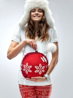 Treat yourself with the funkiest maternity Christmas t-shirt this winter. Camouflage your baby bump into a christmas bauble, sit by the christmas tree and collect all compliments. Merry Christmas!