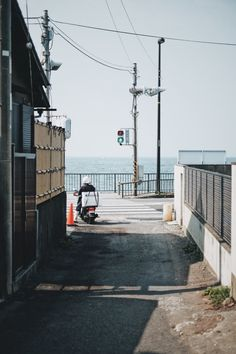 Take a camera walk in front of Kamakura / Enoshima Photo Walk with FUJIFILM Landscape Photography Tips, Street Photography, Beaches Film, Film Pictures, Aesthetic Japan, Japan Street, Moonrise Kingdom, Go To Japan, Photo Walk