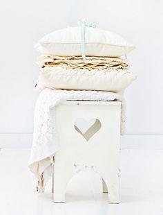 ariadne at Home - Sanoma Media B. ariadne at Home - onderdeel Sanoma Media Netherlands groep. White and natural White Beige, All White, Pure White, Grey, Contemporary Cushions, White Stool, Small Cushions, White Books, White Cottage