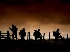 Members of 29 Commando Regiment Royal Artillery on Exercise Green Cannon Military Army, Military Life, Royal Horse Artillery, Soldier Silhouette, Turkish Soldiers, English Summer, Royal Engineers, Shadow Photos, British Armed Forces