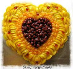 Silvia's Tortenträume: Tortenboden mit Pfirsich Mandarinen  Kirsche für die Hochzeit meiner Schwester, ca. 50 x 50 cm groß Herz Obst