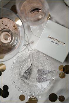 Partytiger aufgepasst: diese zeitlos schönen Ohrringe mit modernem Touch setzen sofort ein Statement! Das Design erinnert an den französischen Jugendstil und verleiht ihrem Outfit einen Vintage-Look. Place Cards, Place Card Holders, Outfit, Vintage, Design, Beautiful Earrings, Ear Jewelry, Art Nouveau, Nice Asses