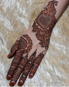 Henna is the most traditional part of weddings throughout India. Let us go through the best henna designs for your hands and feet! Khafif Mehndi Design, Henna Art Designs, Mehndi Designs For Girls, Mehndi Designs 2018, Stylish Mehndi Designs, Dulhan Mehndi Designs, Mehndi Designs For Fingers, Wedding Mehndi Designs, Mehndi Design Pictures