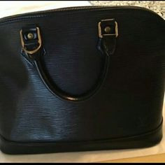 LOUIS  VUITTON  Louis Vuitton Black Epi Alma MM Used and very good conditions almost brand New  and had the lock but no key and dust bag. This bag is authentic. Code AR0090 Please accept reasonable and serious offers at the blue bottom only.  ❎No Trade ❎No PayPal Louis Vuitton Bags Satchels