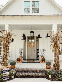 fall front porch, halloween decor, front porch, spooky Old Time Pottery has the perfect spooky décor. These jack-o-lantern planters are my favorite. If you aren't into Halloween you can turn them around for a pretty pumpkin planter. Halloween Veranda, Casa Halloween, Halloween Home Decor, Fall Home Decor, Autumn Home, Holidays Halloween, Halloween Crafts, Dollar Store Halloween, Holiday Decor
