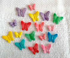 Borboletas feitas em Biscuit para aplique. Cores variadas: na cor da massa, pintadas ou esmaltadas.