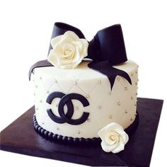 White quilted Chanel cake with black bow Bolo Channel, Channel Cake, Bolo Gucci, Gucci Cake, Chanel Torte, Coco Chanel Cake, Chanel Cupcakes, Chanel Birthday Cake, Cake Birthday