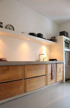 Idee eclairage cuisine Skattejakt: House for Sale Warm wood tones against gray and white. No uppers, only shelving with downlighting for tasks. Küchen Design, House Design, Interior Design, Modern Interior, Design Ideas, Wood Design, Bath Design, Design Trends, Modern Design