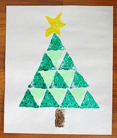 Un dessin sapin de Noël en éponge, une bonne idée de DIY avec les enfants