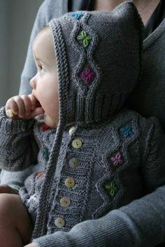 grauer Baby Pullover mit Kapuze Blumenmuster Knitting For Kids, Baby Knitting Patterns, Baby Patterns, Knitting Projects, Hand Knitting, Crochet Patterns, Sweater Patterns, Knit Baby Sweaters, Baby Knits
