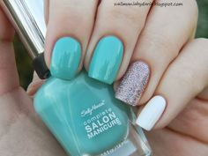 Sparkle minty nails