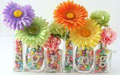 Jarrones, dulces y flores.