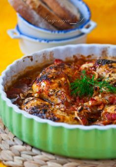 Запеченая курица по-правански с томатами, чесноком, маслинами