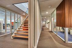 Trap op-maat gemaakt voor opdrachtgever om zo een extra verdieping te creëren met werkplekken en vergaderruimtes.