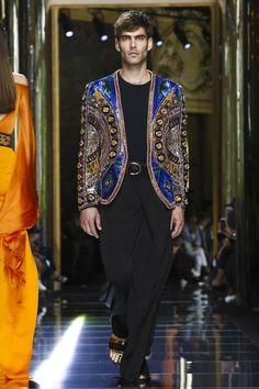 Watch the livestream of the Balmain show menswear collection Spring/Summer 2017 from Paris.