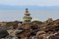 Aufgestapelte Steine an der Küste der Isle of Arran.