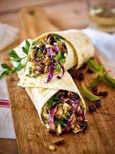 Wraps gehen immer. Wie wäre es mit dieser orientalischen Variante mit Rotkohl und Hummus?