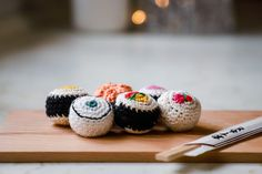 Futomaki Sushi - Schema in italiano di uncinetto Verde Smeraldo Amigurumi Tutorial, Amigurumi Patterns, Dou Dou, African Flowers, Barbie Dress, Crochet Dolls, Giraffe, Verde Smeraldo, Lily