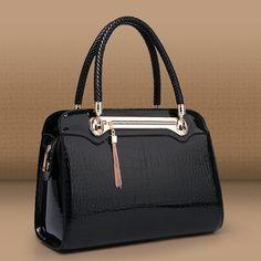 Love this simple, but elegant bag Dior Handbags, Fashion Handbags, Purses And Handbags, Fashion Bags, Leather Bag Pattern, Handbag Stores, Stylish Handbags, Womens Tote Bags, Handbag Accessories