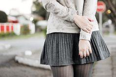 Look confortável com moletom floral cinza saia rodada cinza meia calça de pied de poule