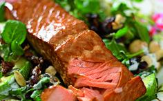 Last van hormonen? Met deze zalm houd je ze in bedwang -  Fyto-oestrogenen hebben een gunstige invloed op je hormonen.Door er wat extra van binnen te krijgen kun je klachten die met een veranderende hormoonhuishouding gepaard gaan zoals in de menopauze in bedwang houden. En het mooie is dat vrijwel alles wat je van een plant kunt eten deze stoffen bevatten zoals granen peulvruchten noten zaden bessen fruit en groente. De combinatie met vette vis rijk aan essentiële vetzuren is ook nog eens…