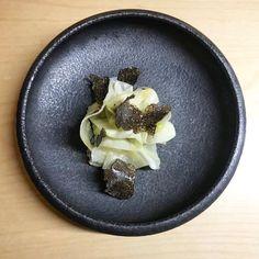 Que diriez-vous d'un peu de truffe ce soir ? Instants gourmands en vue !! Une recette gourmande d'un chef parisien qui saura vous séduire. #recette #recipe #truffe #truffle #plat #dish #starter #entrée #plat #champignon #yummy #food #explore #tasting #assiettenoire #noire #gastronomy #gastronommie #luxe #frenchcuisine Pierre Sang Restaurant, Dish, Truffle, Mushroom, Fine Dining, Greedy People, Lush, Plates, Plate