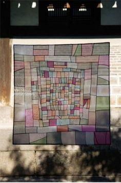 심오한 색상과 수많은 조각의 소용돌이에 빠져들것만 같은... 멋스런 노방쪽보를 소개합니다.^^ 참고로 이... Crazy Patchwork, Patchwork Patterns, Traditional Quilts, Korean Traditional, Decorative Screens, Curtain Designs, Textiles, Office Art, Fabric Art