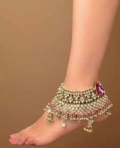 Payals and anklets are the traditional jewelry of South Asian countries. Bridals are wears the Indian anklets jewelry on wedding day. Besides this ladies are wear the traditional Payals on festival… Ankle Jewelry, Ankle Bracelets, Feet Jewelry, Moda India, Anklet Designs, India Jewelry, Silver Jewelry, Jewellery Box, Schmuck Design