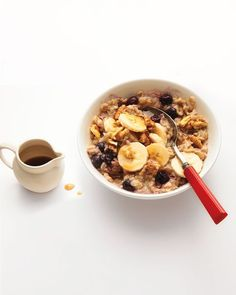 of 19 > Oatmeal with Blueberries, Walnuts, and Bananas Talk about a power breakfast: The in walnuts help reduce inflammation, while frozen blueberries provide polyphenols and vitamin C. Get the Oatmeal Recipe The Oatmeal, Blueberry Oatmeal, Banana Granola, Oatmeal Porridge, Savory Oatmeal, Baked Oatmeal, Healthy Oatmeal Recipes, Banana Recipes, Healthy Breakfasts