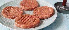 Hier deel ik mijn favo hamburger recept om zelf de lekkerste burgers te maken, uit de pan of van de BBQ Bbq Hamburgers, Vege Burgers, Keto Recipes, Dinner Recipes, Weber Bbq, Food Humor, Food And Drink, Tasty, Snacks