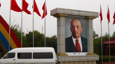 Китай  - Lenin looks disapprovingly at a 'white van man'. He must be a Sun reader…
