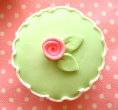 pretty fondant flower cupcakes I think I would like it better if this were a cake Green Cupcakes, Pretty Cupcakes, Beautiful Cupcakes, Flower Cupcakes, Yummy Cupcakes, Cupcake Cookies, Mocha Cupcakes, Gourmet Cupcakes, Strawberry Cupcakes